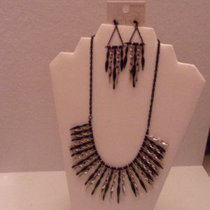 NWT LOVELY  NECKLACE/EARRINGS. TUB2-1